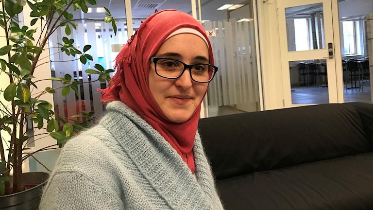 En kvinna i slöja och glasögon.