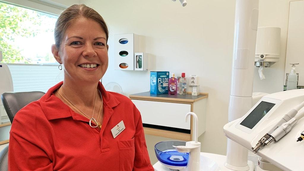 En person sitter i ett rum hos tandläkaren.