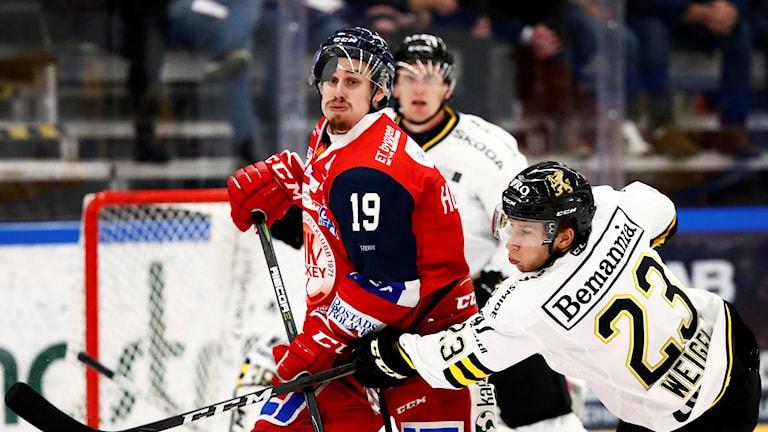 Jens Holmström i Västerviks IK på isen jagar en puck.
