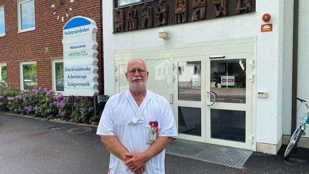 Hasse Jansson står utanför Ankarsrums Hälsocentral