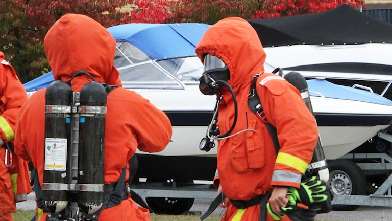 Brandmän med andningsutrustning.