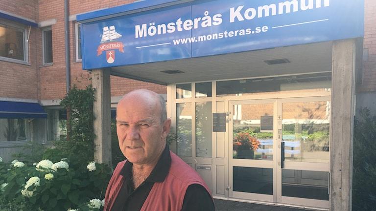 Claus Kempe framför Mösterås kommuns ingång
