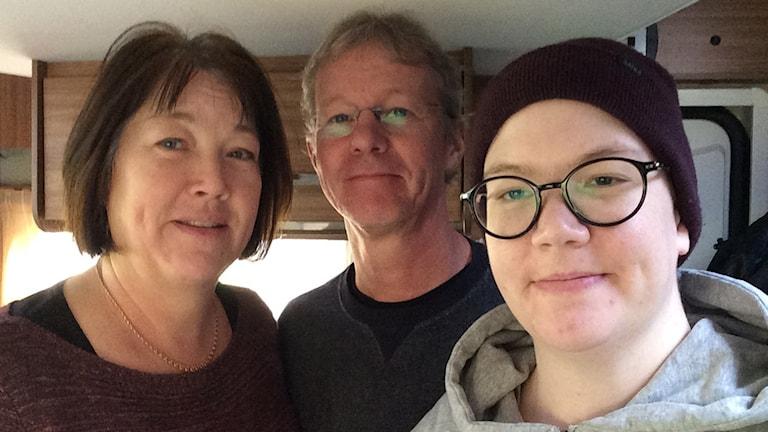 Monica, Örjan och Emma Mellblom i sin husbil.