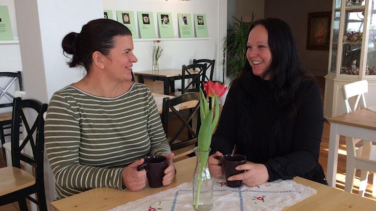 Ulrika Söderström och Anna-Karin Andersson på kafé