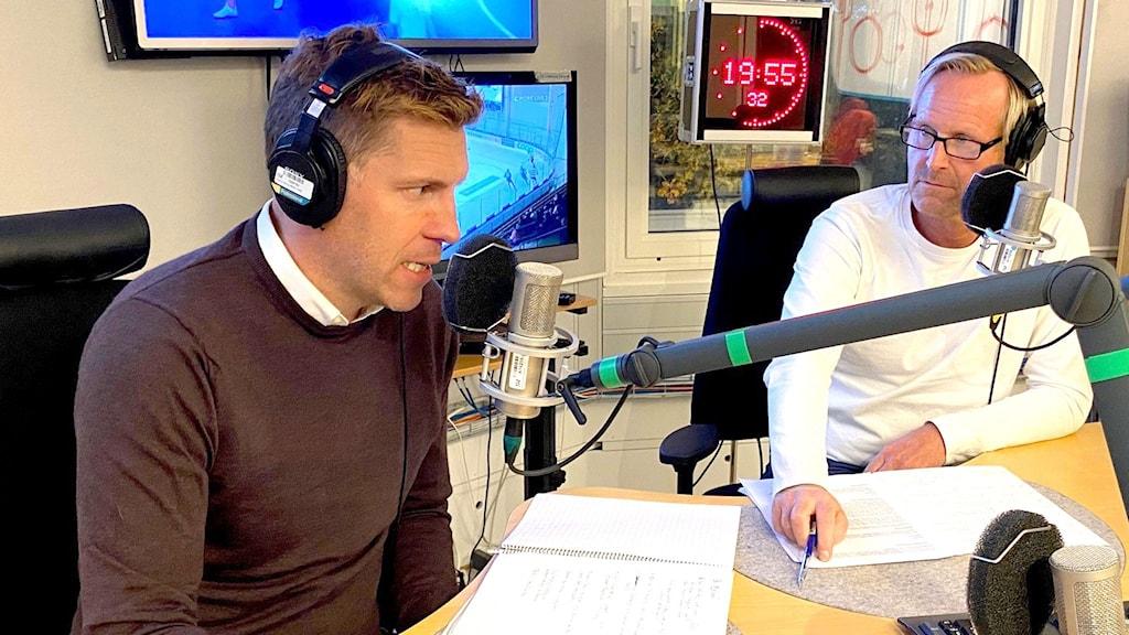 Två män i radiostudio.