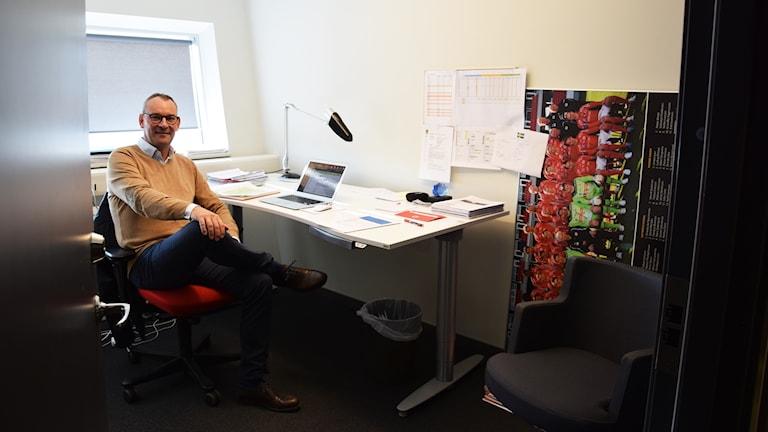 Mattias Rosenlund sitter i ett kontor.