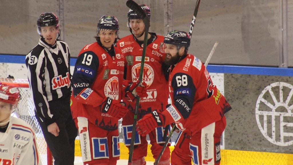 Glada VIK-spelare efter mål.