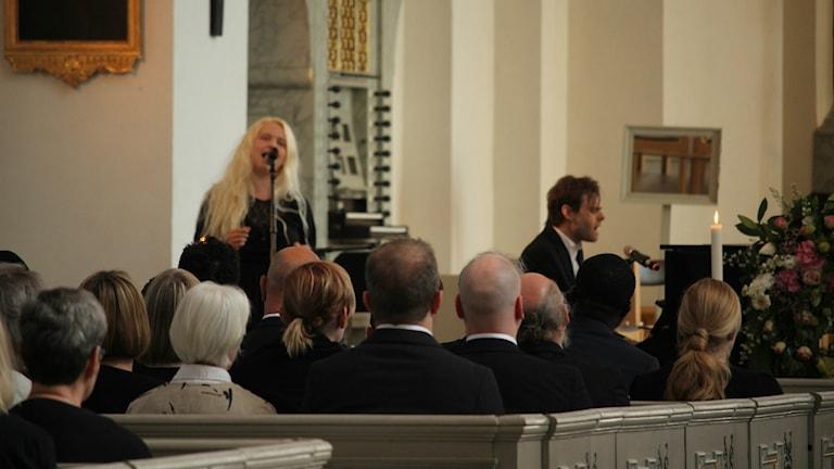 Människor i kyrka.
