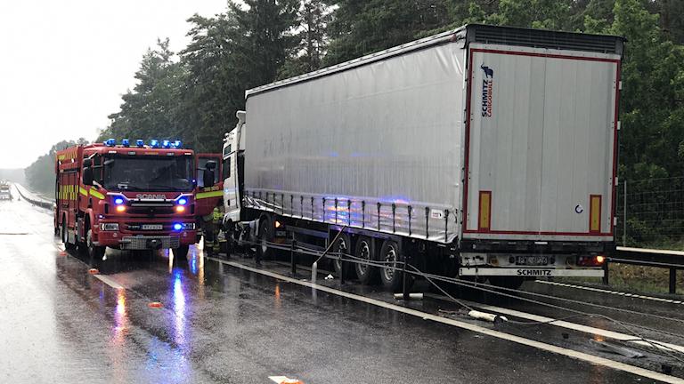 Lastbil som har stannat och en brandbil bredvid