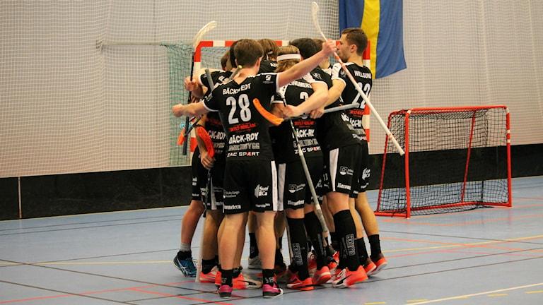 Spelare i FBC Kalmarsund jublar.