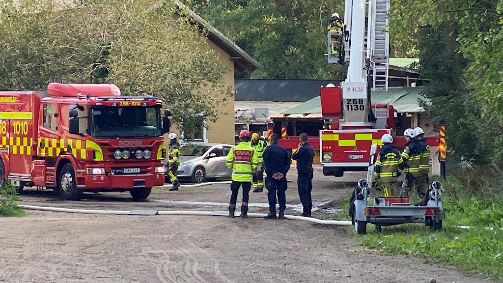 Räddningstjänsten bekämpar brand.