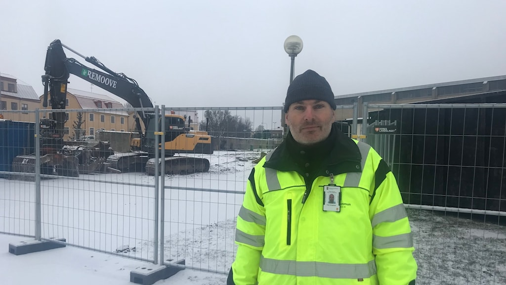 Peter Borgebäck projektledare framför grävmaskin