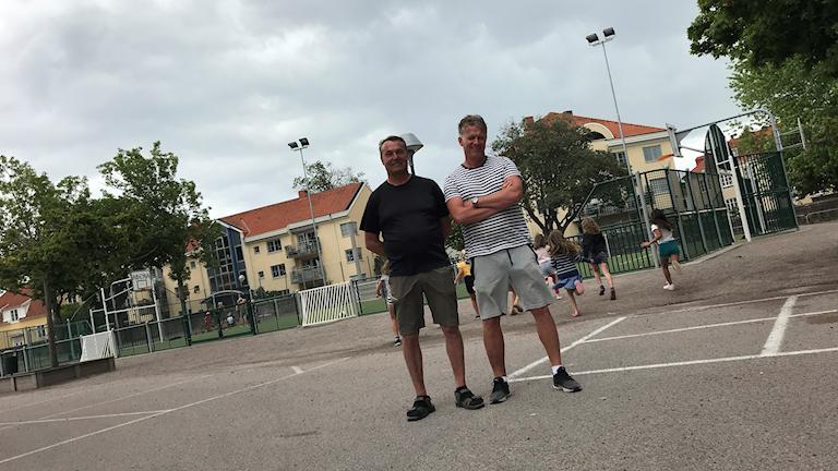 Fritidspedagogerna Kari Koskanhurva och Per-Ola Friman på skolgården på Vasaskolan i Kalmar.