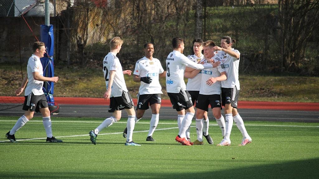 Oskarshamns AIK jubel efter mål mot Utsiktens BK 20210403