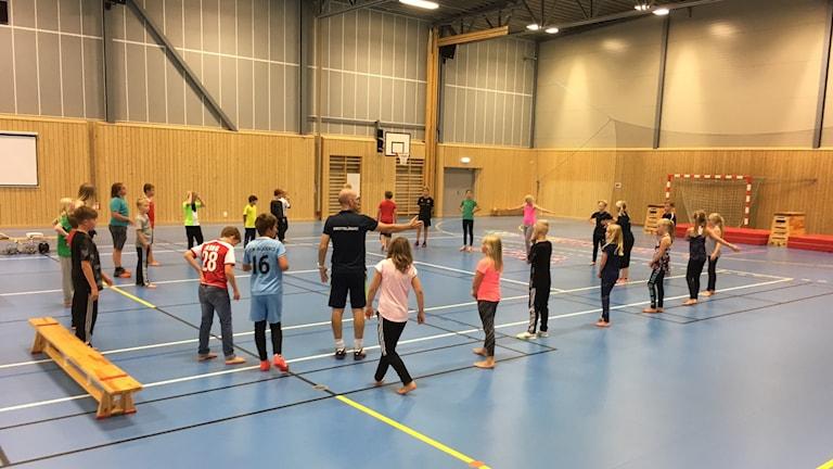 barn i ring i gympasal på Torslundaskola
