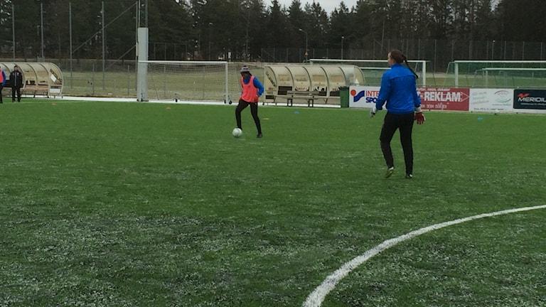 IFK Kalmars meriterade nyförvärv Ifeoma Dieke visade sin storhet direkt på IFK Kalmars premiärträning. Foto: Ove Lernå