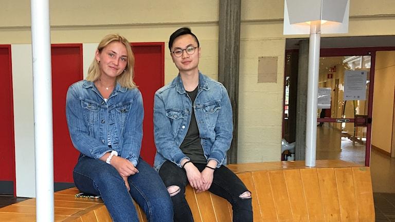 Linnéa Harrysson och Welman Lam på Oscarsgymnasiet. En sak är de helt överens om, de måste rösta.
