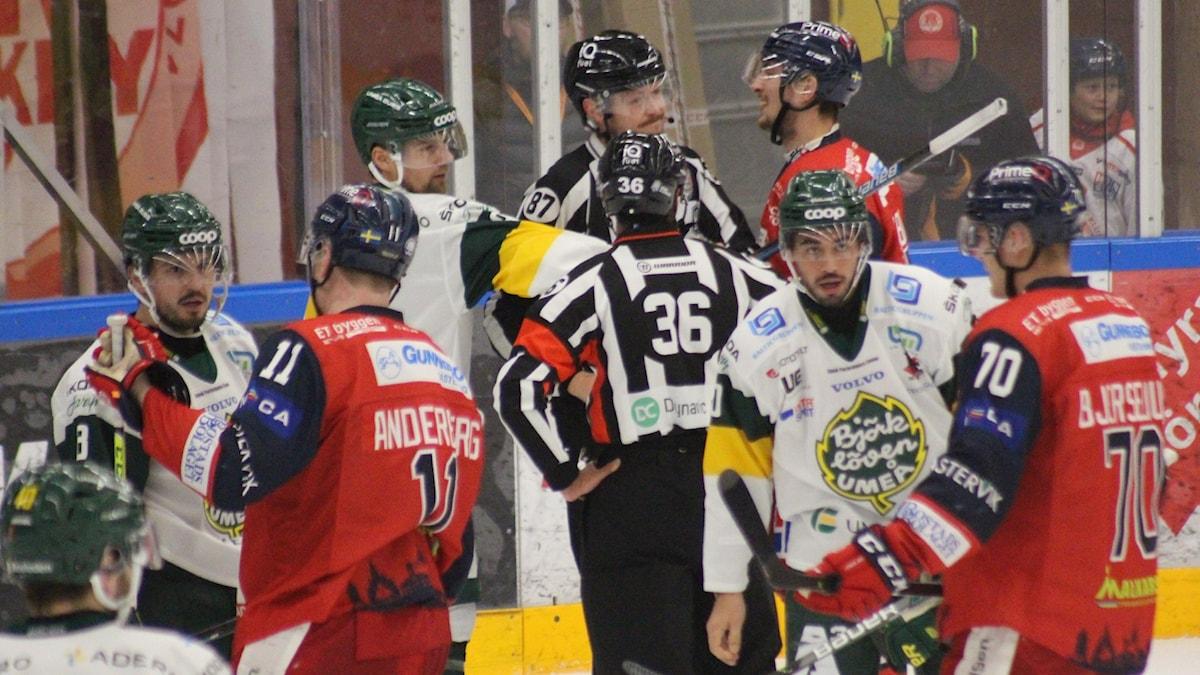 Hockeyspelare i bråk.