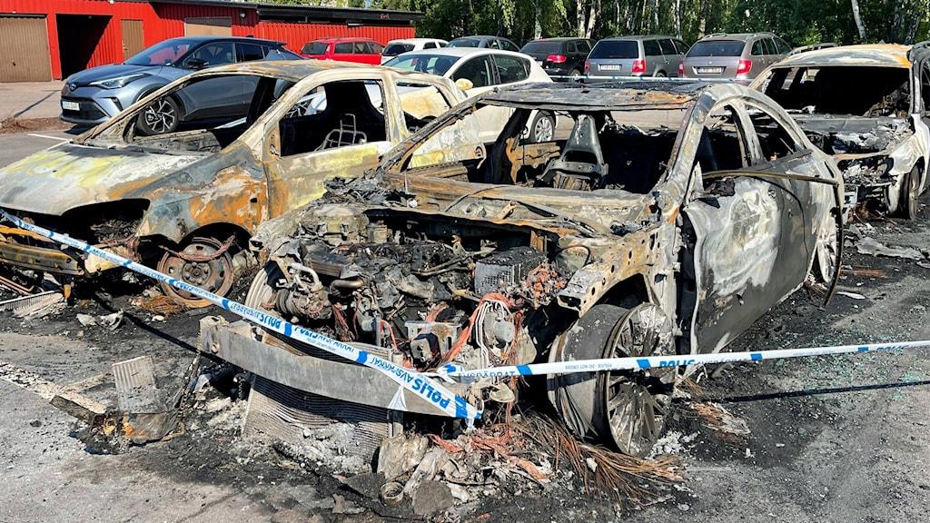Tre utbrända bilar.