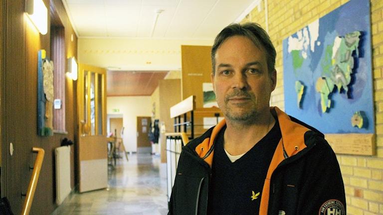 Lars Sandberg står i korridoren inne på skolan i Djursdala.