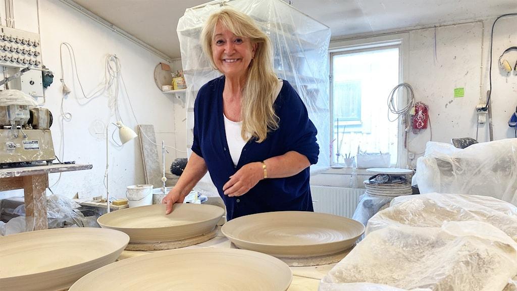 En  person och keramik.