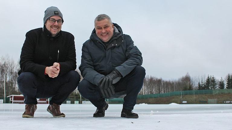 Linus Johansson från Målilla bandy och Michael Leijonhud ordförande i bolaget som äger isbanan i Målilla sitter på huk på isen.