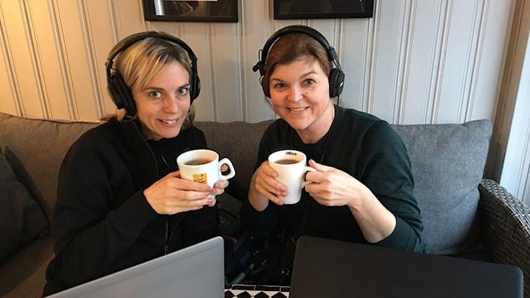 Emma Sandebäck och Johanna Lindblad Ahl med varsin kopp.