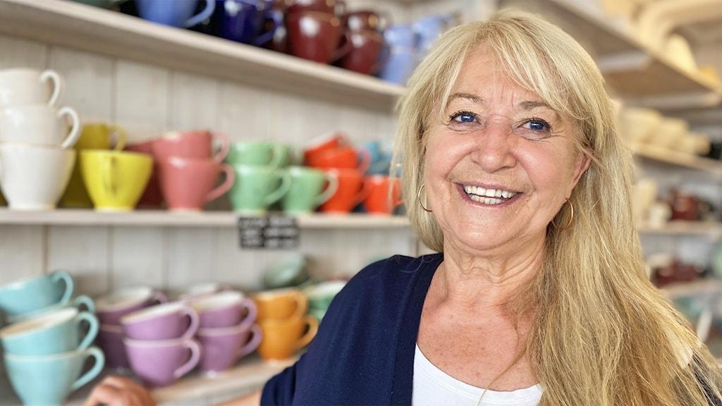 En person i en butik med keramik.