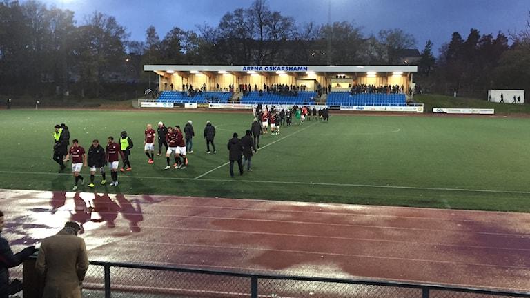 Oskarshamn höll sig kvar i division 1 efter 1-1 hemma mot Qviding. Här firar man med publiken.