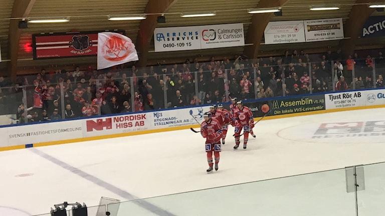 Spelare i Västerviks IK jublar efter mål.