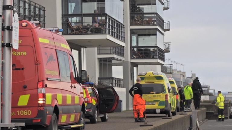 Ambulans och räddningstjänstpersonal vid vattenkanten i Kalmar.