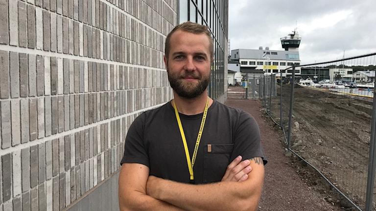 Ted Durdel framför nybyggnaden av Linnéuniversitetet.
