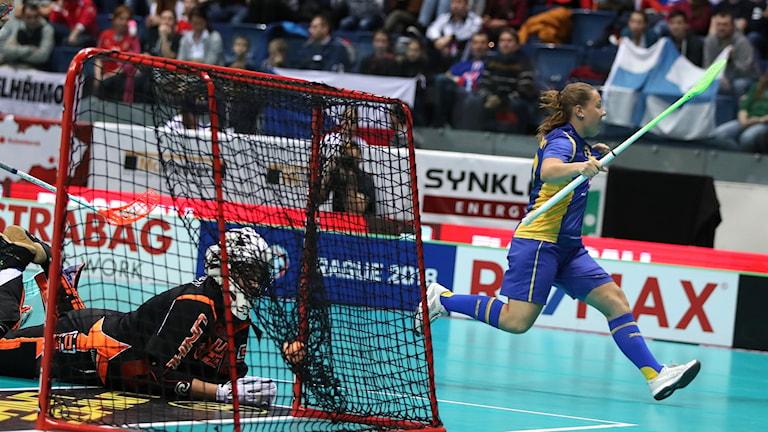 Sofia Joelsson jublar efter ett mål.