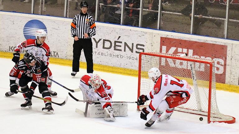 Hockeyspelaren Alex Ek gör mål.