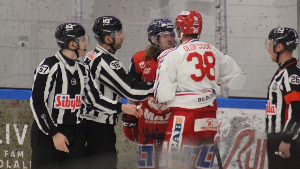 Hockeyspelare i Västervik och Timrå är arga på varandra.