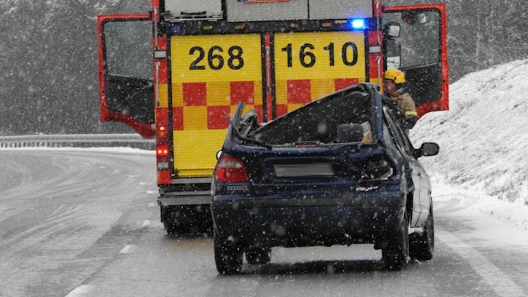 Bil med intryckt tak bakom bil från räddningstjänsten.