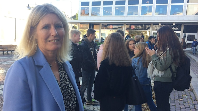 Ewa Myhrén, grundskolechef i Västervik framför en grupp niondeklassare.