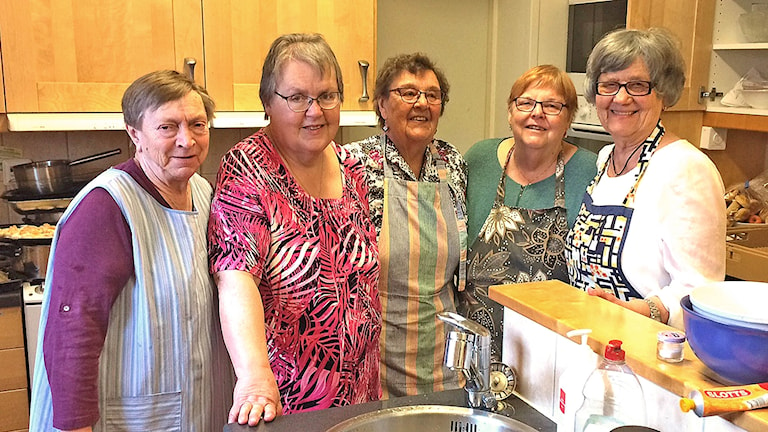 Aina Johansson, Britt Åhstedt, Irma Robertsson, Lena Petersson och Lilianne Axelsson glada och uppradade i köket