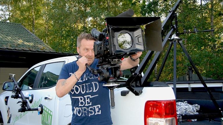 Matz Eklund håller i en kamera.