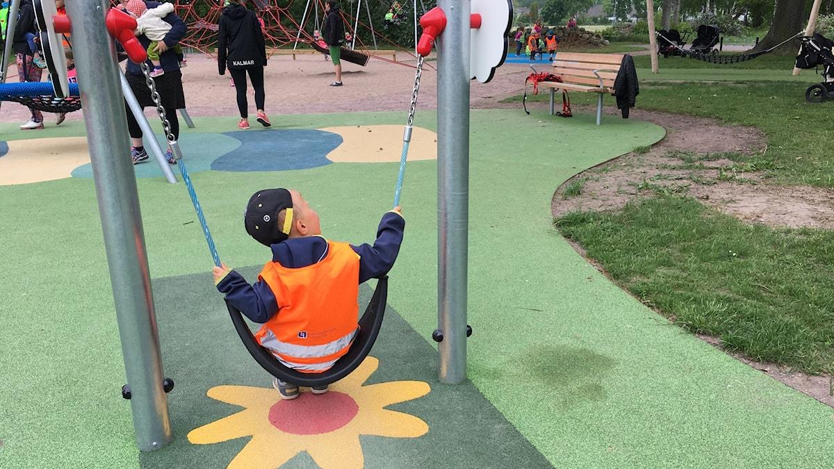 Barn som gungar på en lekplats