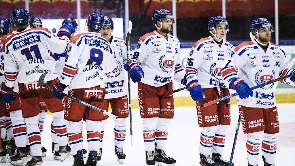 IK Oskarshamn, ett hockeylag klätt i vitröda matchställ.