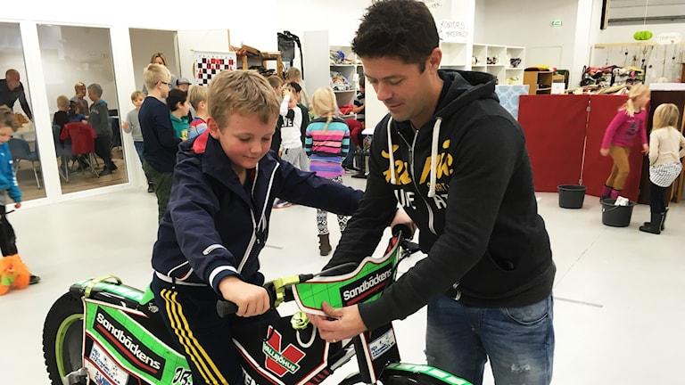 Assar Simonsson och Peter Ljung vid speedwaycykel.