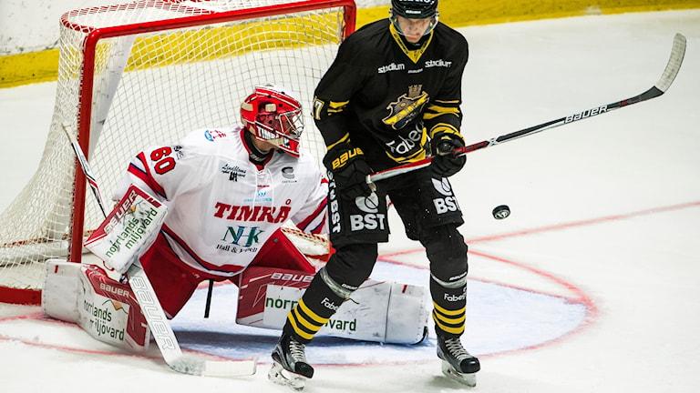 En hockeymålvakt och en hockeyspelare