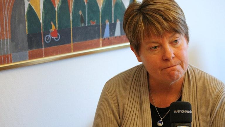 Yvonne Hagberg framför tavla.