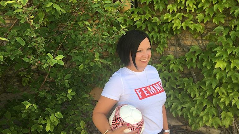 Malin Gruvhagen med en fotboll