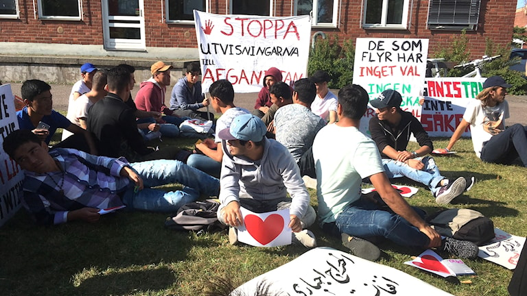 Några av de ungdomar som sittstrejkar i Kalmar mot avvisning av ensamkommande