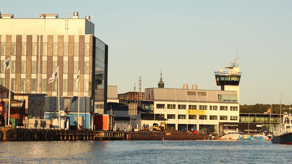 Byggnader vid vattnet.