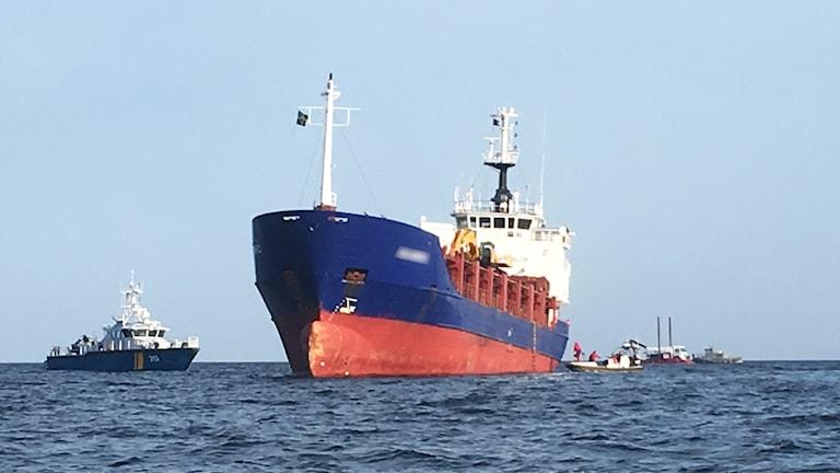 Fartyg på grund i vattnet.