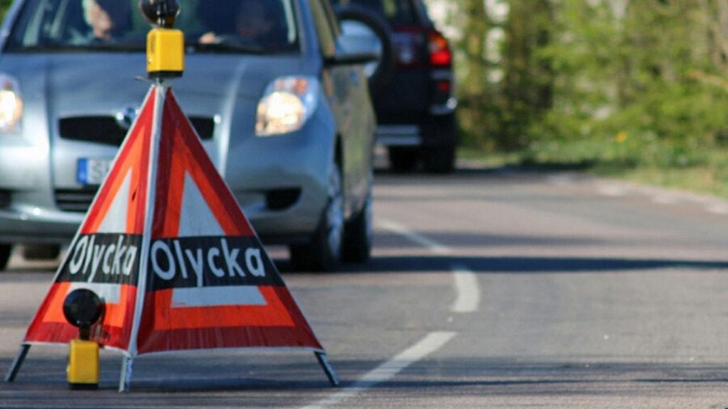 Varningsskylt för trafikolycka stoppar trafik.