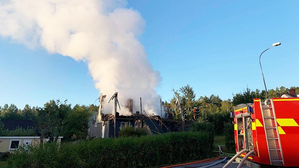 En villa som brinner.